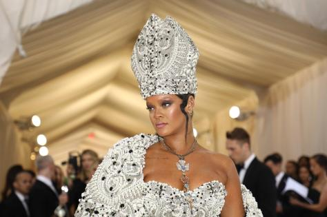red-carpet-met-gala-2051-rihanna-superJumbo