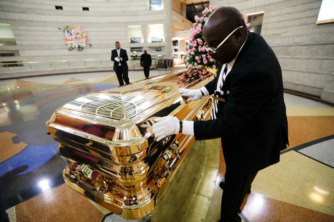 #ArethaHomegoing: #ArethaFranklin laid to rest in GOLD sequined gown! [pics]