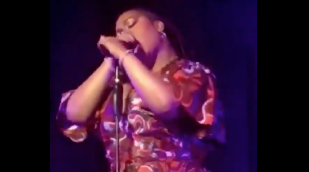 #JillScott SUCKS invisible D*CK onstage!! [vid]