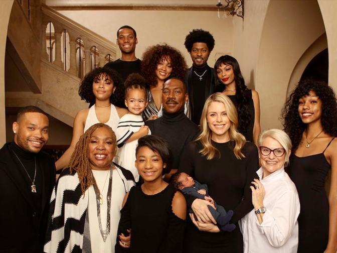 All In the FAMILY! #EddieMurphy poses with ALL 10 of his kids his mom and fiancee! [pic]