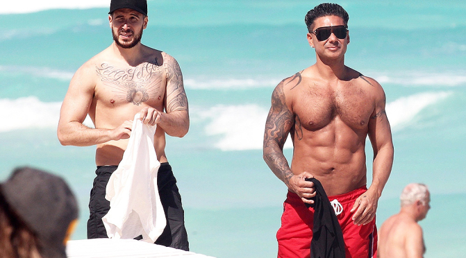 STAR TRACKS: #PaulyD SHIRTLESS in Cancun! FAB ABS or Cosmetic WIZARDRY!? [details]