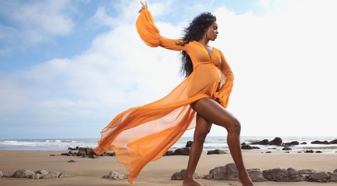 MAG TAG: #KellyRowland reveals her BABY BUMP on #WomensHealth! [Pic]