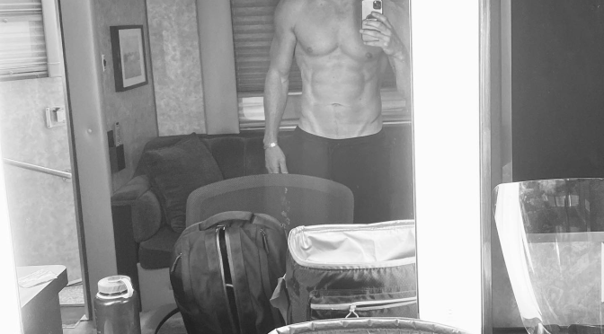 THIRST TRAP: #ChanningTatum TEASE fans with NUDE mirror selfie! [pics]